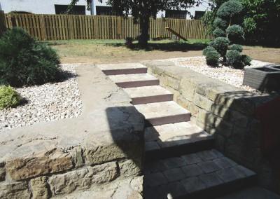 Treppenanlage mit Stahleinfassung