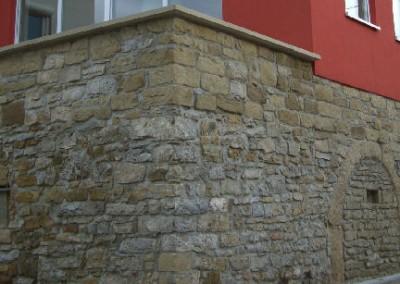 Neubau mit echter Natursteinwand