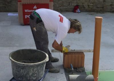 Mauerwerksarbeiten -  Anlegen der ersten Reihe