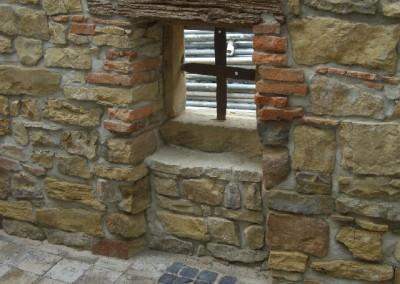 Fenster in einer Sandsteinwand eingebaut