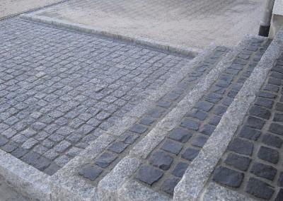 Granitpflaster und Granitstelen als Treppe