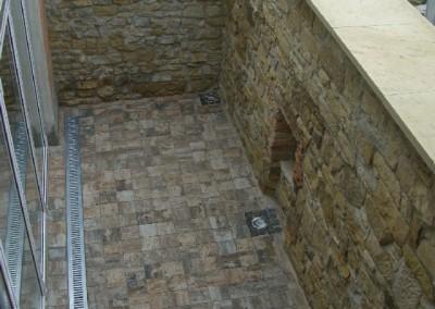 Innenhof mit Natursteinmauer