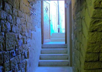 Kellerabgang aus Sichtbeton mit Natursteinwänden