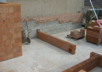 Mauerwerksarbeiten im Neubau.