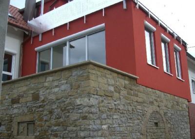 Neubau mit echter Natursteinwand  (Aussenansicht)